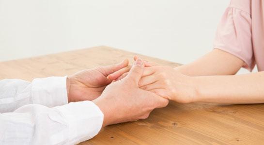 手と手を取り合って